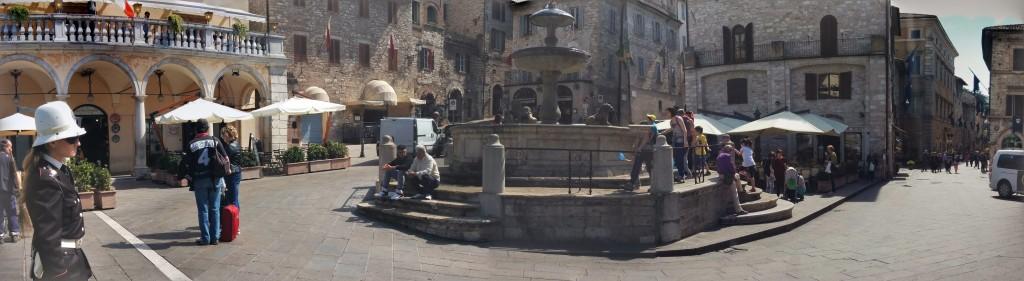 Hermosa plaza en Asís, con barcitos encantadores para tomar un buen café a la luz del sol.
